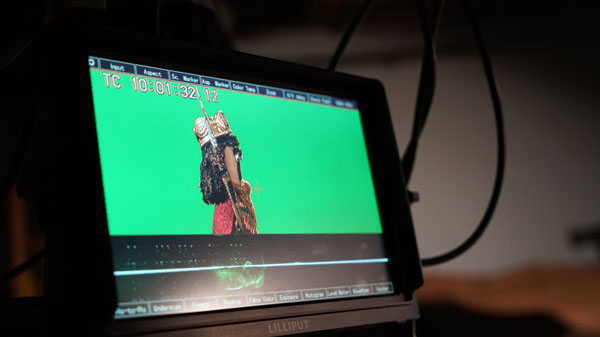 Viewing Deditos in front of the green screen on a video camera screen viewer
